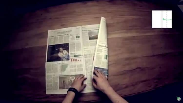 Pegue uma folha de jornal e marque a metade da página da direita, no sentido vertical