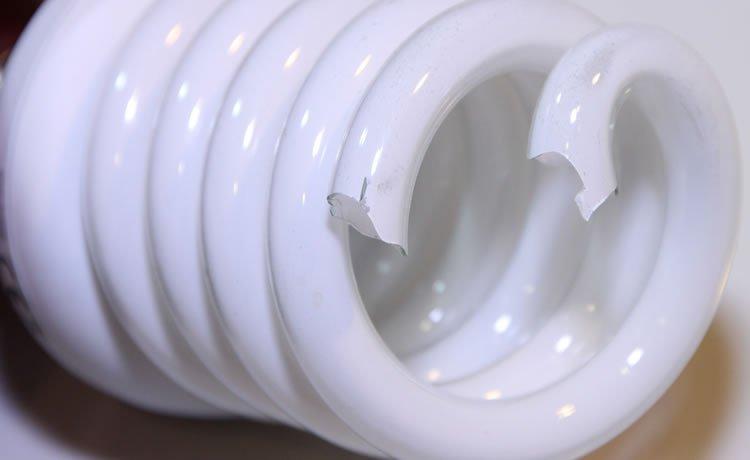 Lâmpada fluorescente quebrad