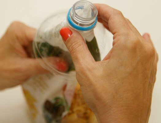 Retire a tampa do pedaço de garrafa PET já recortado para utilizá-la em seguida para tornar a rosqueá-la no bocal
