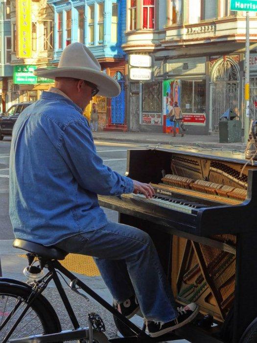Músico une piano antigo e triciclo