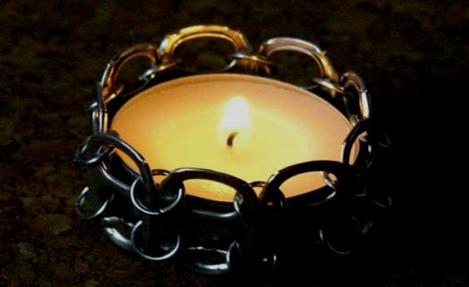 Com apenas alguns anéis é possível fazer um suporte para velas