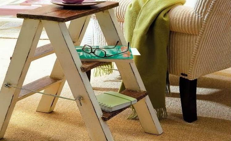 Reutilize uma escada velha em uma mesa lateral para o sofá