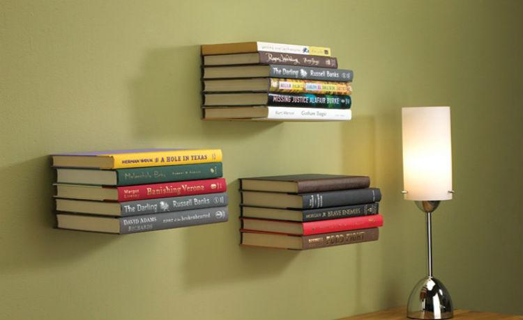 Pendure os livros de forma organizada e discreta