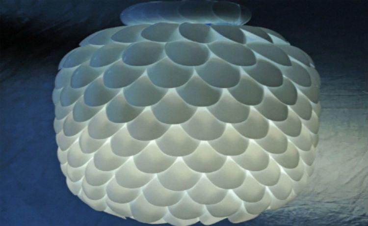 Luminária feita de colheres de plástico