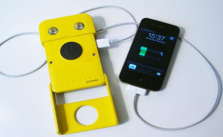 Waka Waka carregando smartphone