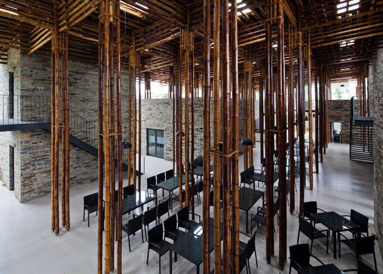 Restaurante construído com bambus e pedras