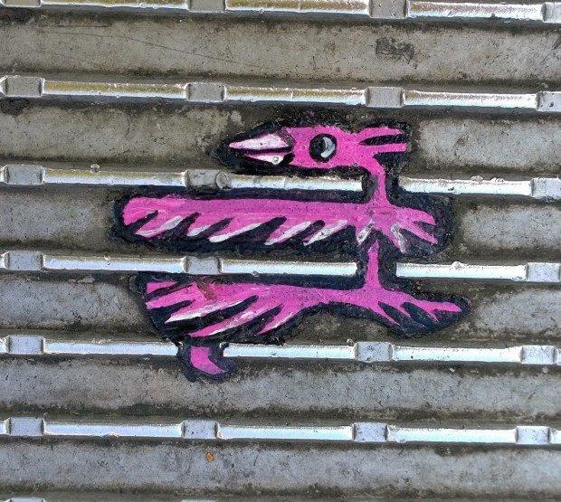 chicletes jogados nas ruas como matéria-prima de suas pinturas