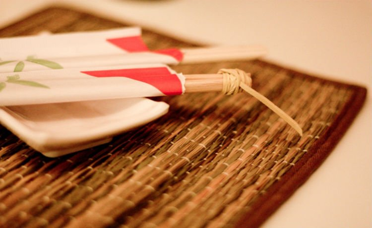 Usar palitos de comida japonesa (hashi) descartáveis