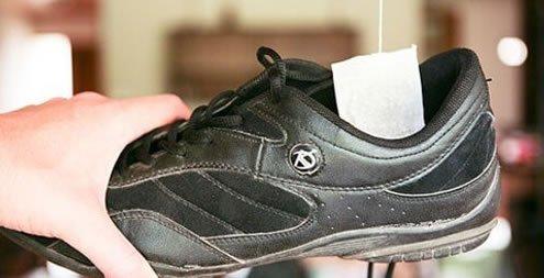 Colocar saquinhos de chá secos nos sapatos para tirar odores