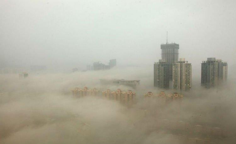 Prédio em Pequim  cercados pelo smog