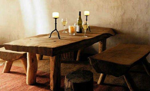 Mesa feita com materiais rústicos