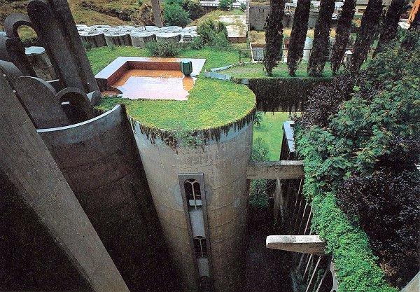 """Antiga fábrica de cimento é transformada em """"castelo verde"""