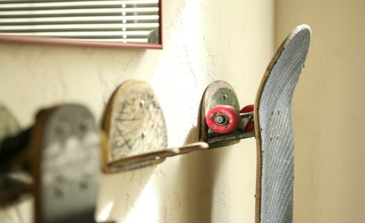 Use seus skates antigos como apoios para seu skate atual