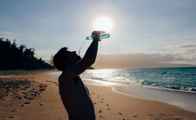 Homem bebendo água