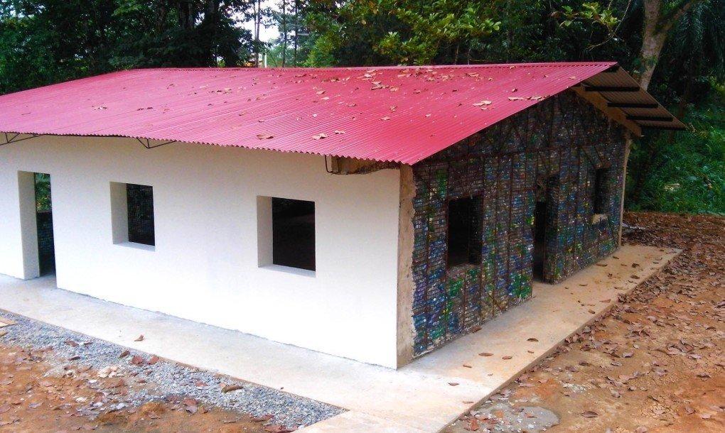 casas feitas a partir de garrafas plásticas