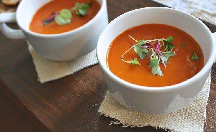 Sopa de tomate com folhas de oliveira