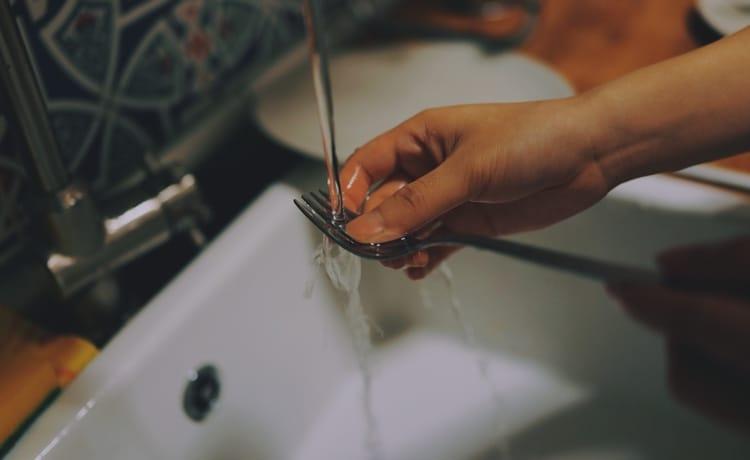 lavando louça