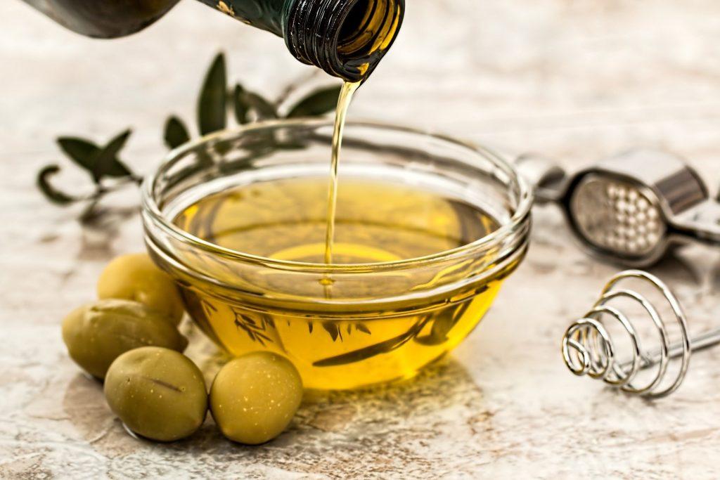 Tigela de vidro com Azeite de oliva