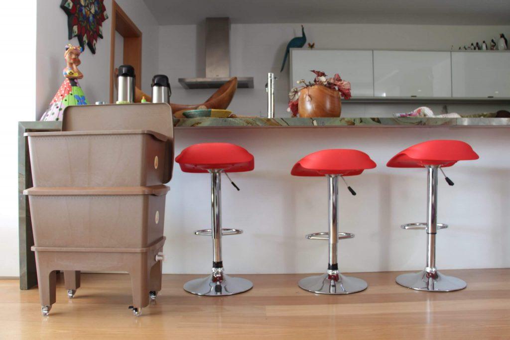 Composteira Humi em uma cozinha eco-friendly