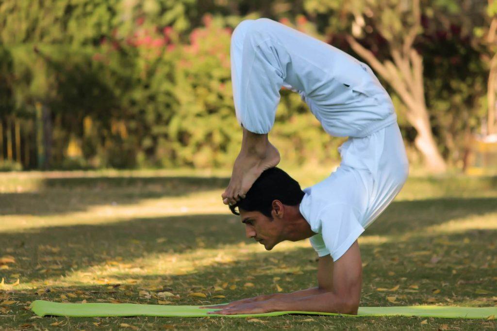 Professor praticando Yoga