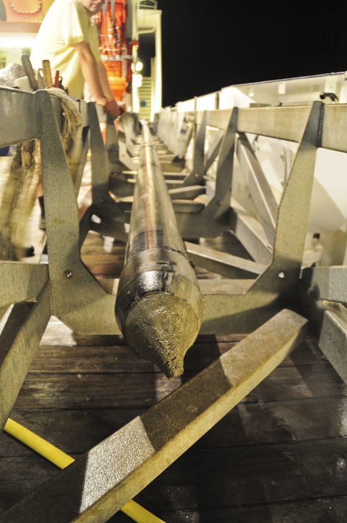 Tubo de aço com sedimentos marinhos